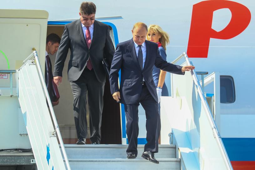 Władimir Putin wysiada z samolotu na lotnisku w Helisinkach /MAURI RATILAINEN /PAP/EPA