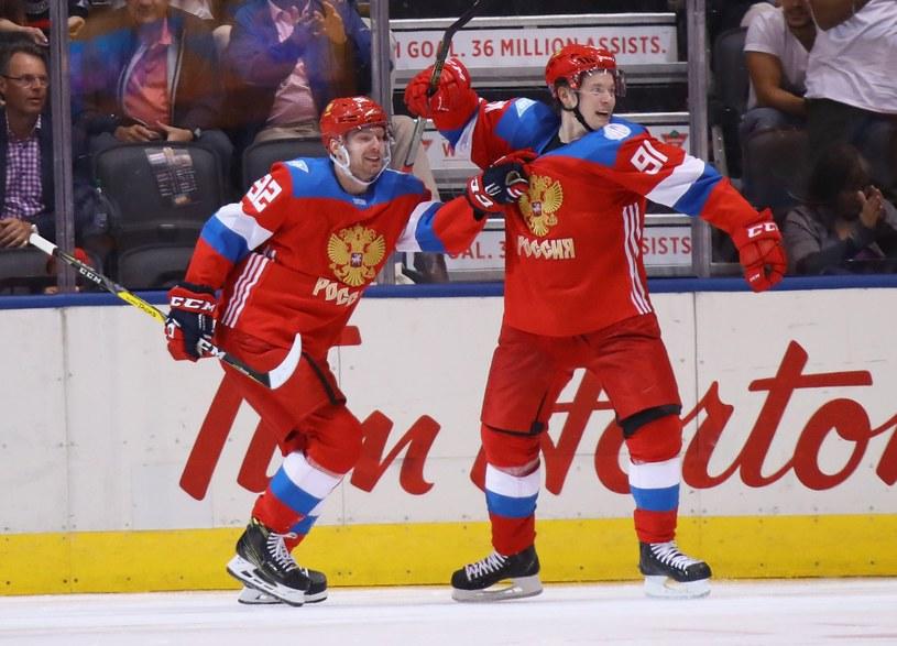Władimir Tarasenko (z prawej) strzelił pierwszego gola w meczu z Finami /AFP