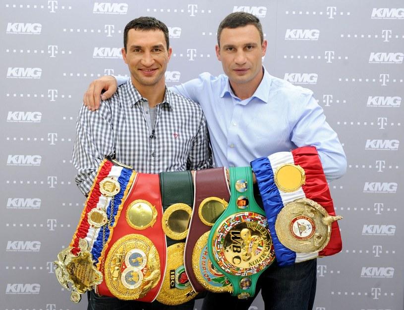 Władimir (z lewej) i Witalij Kliczko nie mają sobie równych w wadze ciężkiej /AFP