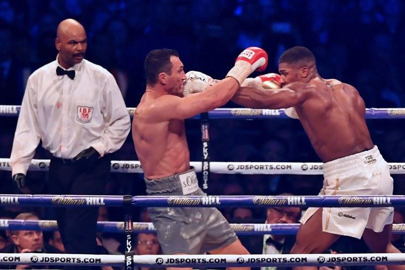 Władymir Kliczko (w środku) w pierwszej walce z Anthonym Joshuą /AFP