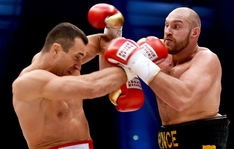 Władymir Kliczko (z lewej) w walce z Tysonem Furym /AFP