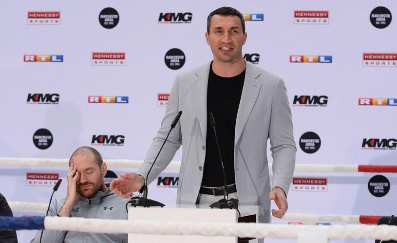 Władymir Kliczko, z tyłu Tyson Fury /AFP