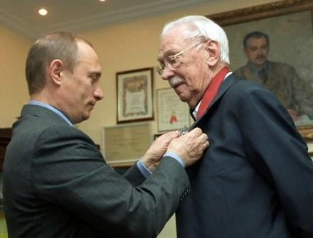 Władymir Putin odznacza Siergieja Michałkowa w jego 90. urodziny Orderem zasługi dla ojczyzny. /AFP