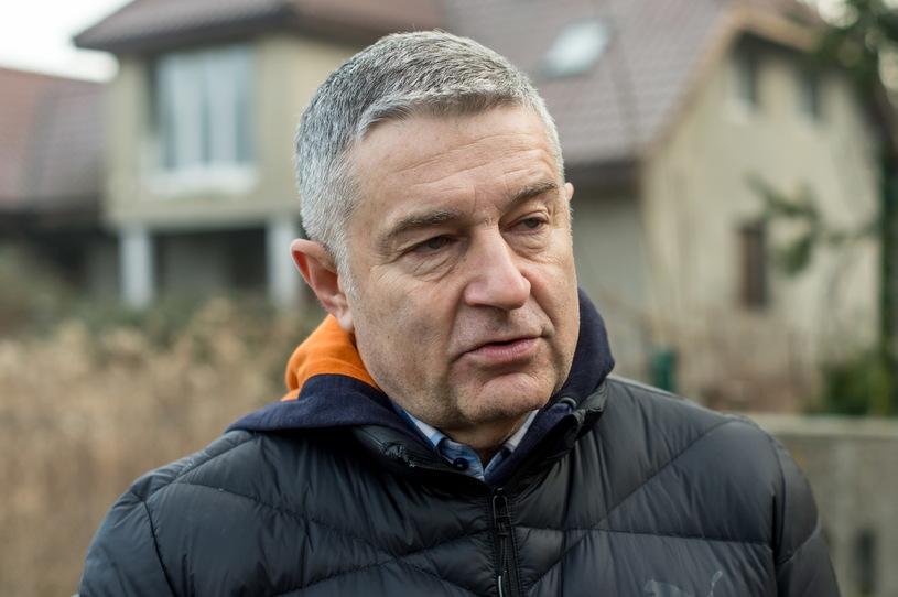 Władysław Frasyniuk rozmawia z dziennikarzami przed swoim domem we Wrocławiu po powrocie z przesłuchania / Maciej Kulczyński    /PAP