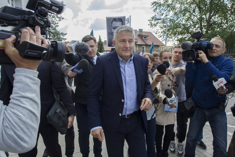 Władysław Frasyniuk w drodze na komisariat policji /Aleksander Koźmiński /PAP