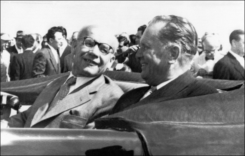 Władysław Gomułka podczas wizyty w Belgradzie. Na zdjęciu widzimy także Josipa Broz Tito /East News
