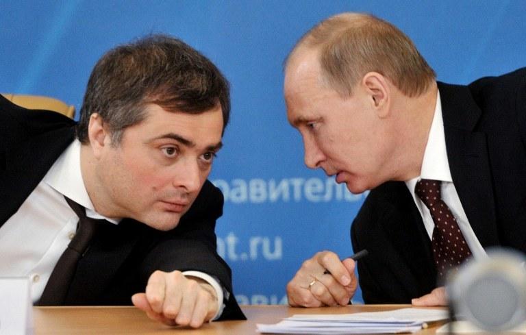 Władysław Surkow i Władimir Putin /AFP