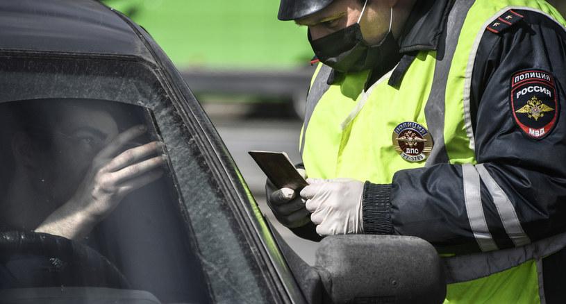 Władza ma prawo sprawdzić smartfony z kodami QR /AFP