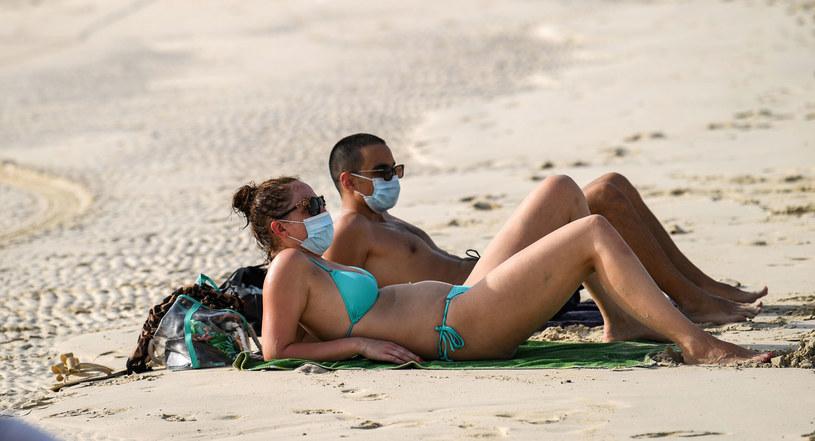 Władze Andaluzji nakazują noszenie masek, również na plaży (zdjęcie ilustracyjne) /KARIM SAHIB /AFP