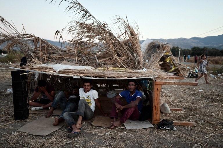 Władze Grecji mają problem z zakwaterowaniem tysięcy uchodźców /LOUISA GOULIAMAKI / AFP /AFP