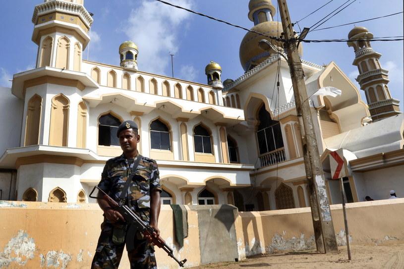 Władze Kolombo ogłosiły stan wyjątkowy, aby dać większą swobodę siłom bezpieczeństwa podczas ścigania podejrzanych o zamachy na luksusowe hotele i kościoły chrześcijańskie, w których zginęło ponad 250 osób /M.A.PUSHPA KUMARA /PAP/EPA