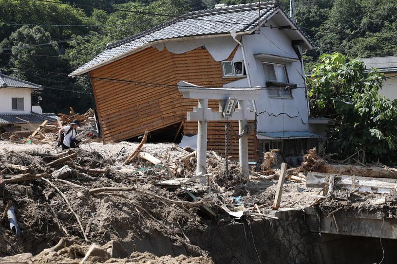 Władze szacują, że powodzie i osunięcia ziemi zniszczyły co najmniej 14 tysięcy domów /AFP