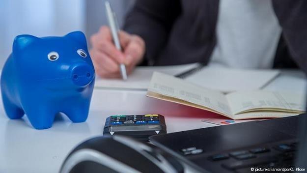 Władze wielu miast i gmin w muszą żyć z ołówkiem w ręku. Fot. picture-alliance/dpa/C. Klose /Deutsche Welle