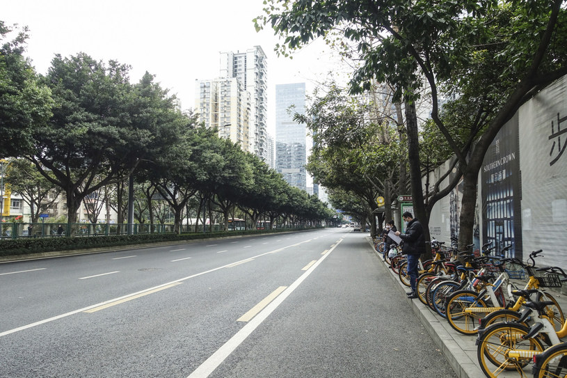 Władze zalecają pozostać w domach, więc ulice wielu chińskich miast wyglądają obecnie w taki sposób /East News