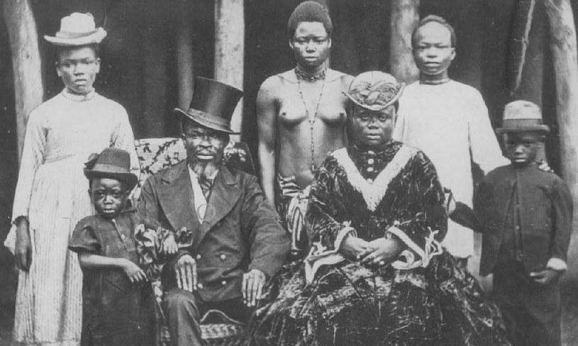 Właściciel fermy kauczukowców z Liberii z rodziną i służbą. W wielu przypadkach służba pracowała niewolniczo /domena publiczna