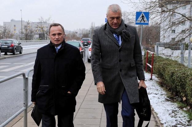 Właściciel Getin Noble Banku Leszek Czarnecki w towarzystwie mec. Romana Giertycha w drodze do prokuratury / Andrzej Grygiel    /PAP/EPA