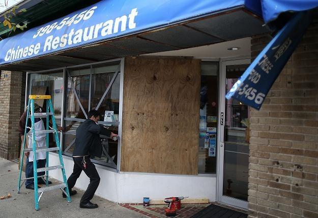 Właściciele chińskiej restauracji w New Jersey zabezpieczają swój lokal /AFP