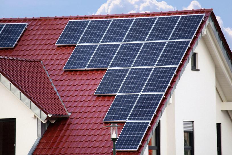 właściciele i współwłaściciele domów jednorodzinnych mogą odliczyć od dochodu wydatki na termomodernizację i fotowoltaikę. /123RF/PICSEL