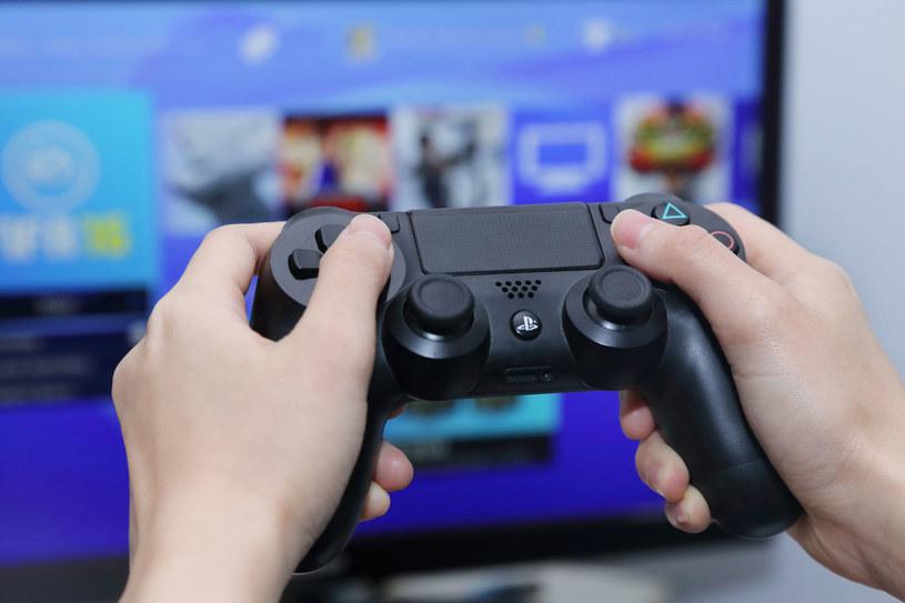 Właściciele konsol nie należą do graczy, których sprzęty leżą pod telewizorem i się kurzą /123RF/PICSEL