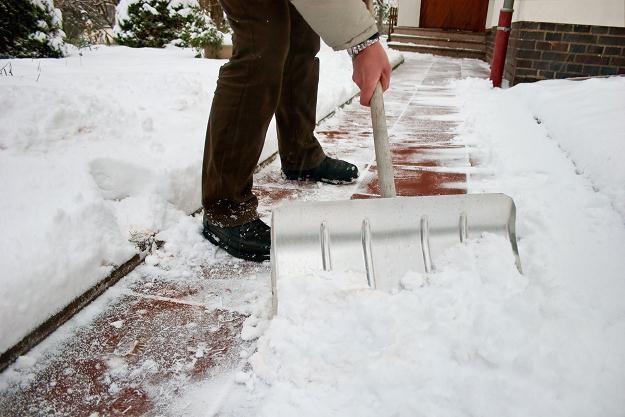 Właściciele nieruchomości mają obowiązek usunięcia śniegu z chodników /©123RF/PICSEL