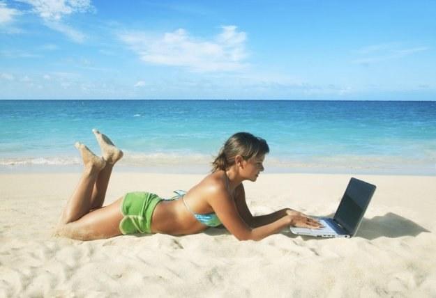 Właściciele plaż inwestują nawet 15 tysięcy euro, by zapewnić swym klientom bezpłatny internet /Agencja SE/East News