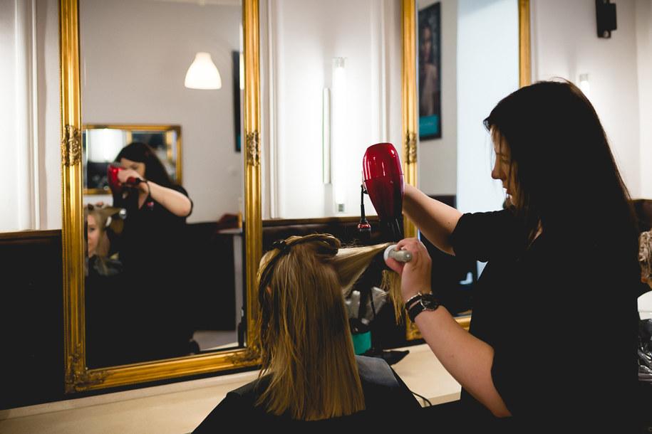 Właściciele salonów fryzjerskich z niecierpliwością czekają na możliwość wznowienia działaności /Magdalena Grajnert /RMF FM