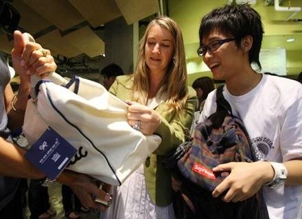 Właściciele sklepów mają swoje sposoby na podwyższenie sprzedaży. /AFP