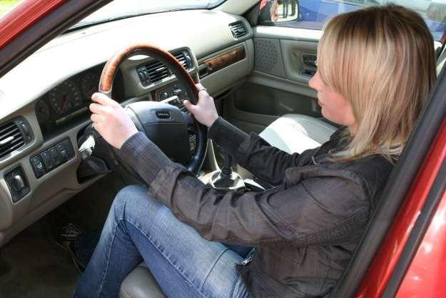 Właściwa pozycja za kierownicą jest niezwykle ważna /INTERIA.PL