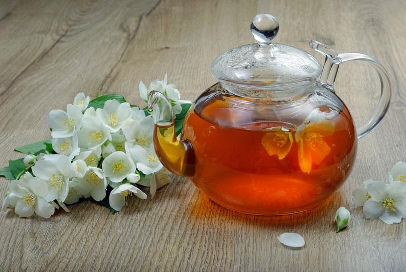 Właściwe parzenie herbaty pozwoli wydobyć jej wszystkie nuty smakowe i zachować właściwości zdrowotne /123RF/PICSEL