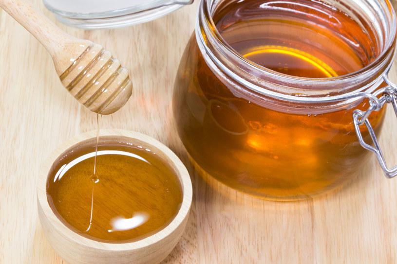 Właściwości miodu zależą głównie od tego, z jakich roślin pszczoły zbierały nektar, spadź i pyłek kwiatowy /123RF/PICSEL