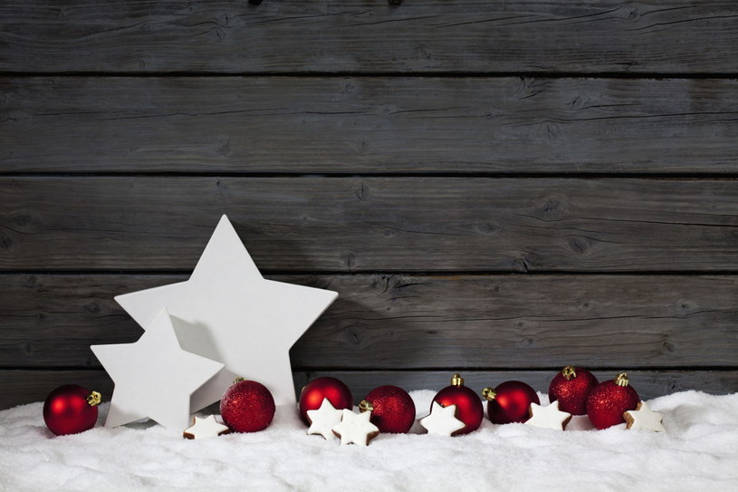 Własnoręcznie wycięte gwiazdki z masy porcelanowej można powiesić także na zewnątrz /123RF/PICSEL