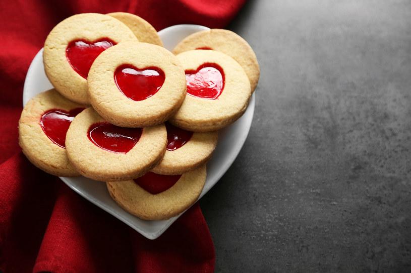 Własnoręcznie zrobione ciasteczka to świetny walentynkowy prezent /123RF/PICSEL