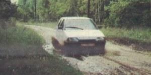 Własności terenowe, jak przystało na samochód z przednim napędem, są niezłe. Trzeba tylko pamiętać o słabo działających amortyzatorach, by nie uderzyć fragmentem układu wydechowego, najniższym punktem podwozia. /Motor