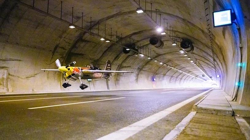 Wleciał samolotem do tunelu i pokonał go z prędkością 245 km/h [WIDEO] /Geekweek