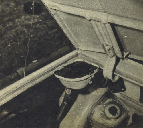 Wlew paliwa przeniesiony został pod maskę komory silnikowej dającą się otwierać tylko z wnętrza wozu. Ewentualnie rozlane paliwo odprowadzane jest na zewnątrz specjalnym przewodem, wlew zaś zakryty jest dodatkową szczelną pokrywką. /Motor