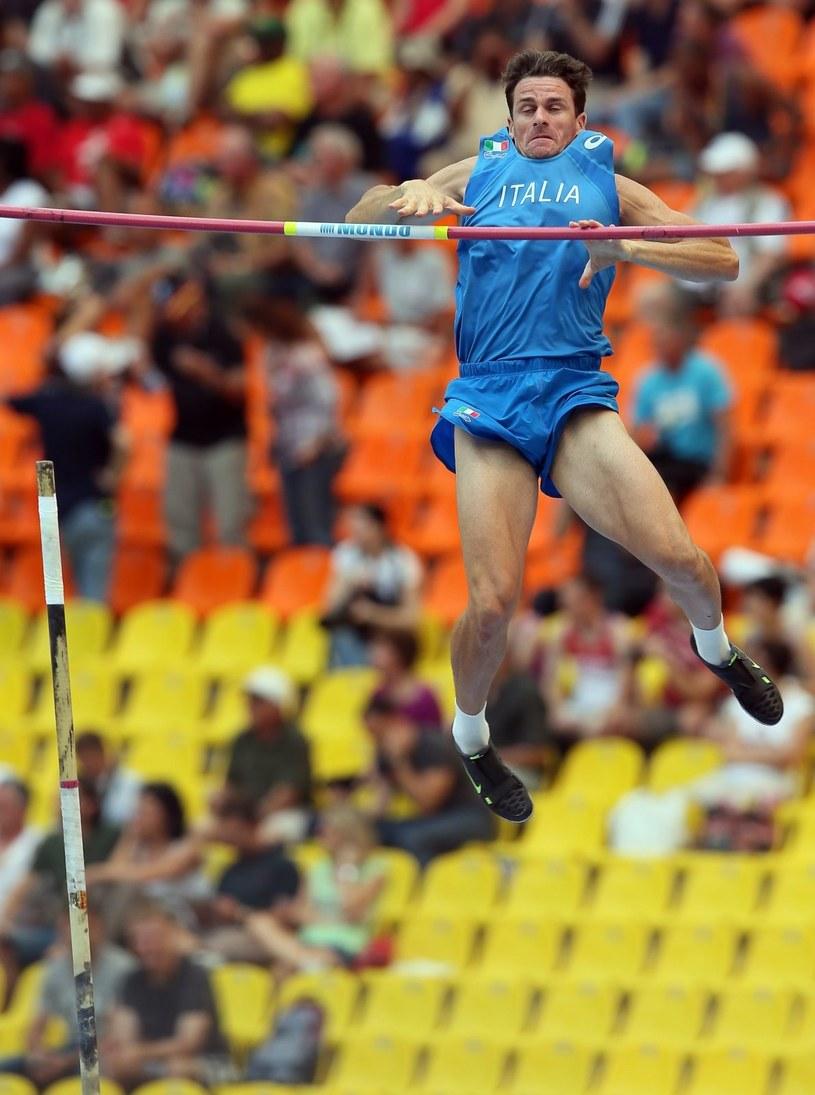 Włoch Giuseppe Giblisco podczas kwalifikacji do finału w skoku o tyczce na MŚ w Moskwie. /PAP/EPA