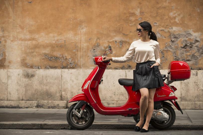 Włoch im wyżej postawiony - tym skromniej jest ubrany. Włosi nie znoszą wielkich logotypów znanych marek, pstrokatych tkanin, błyskotek /East News