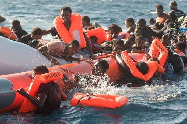 Włoch przybyło 11,5 tysiąca migrantów. - to o połowę mniej niż w poprzednim roku /Laurin Schmid/SOS MEDITERRANEE /PAP/DPA