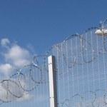 Włochy: Dron z parówkami wypełnionymi narkotykami przyleciał do więzienia