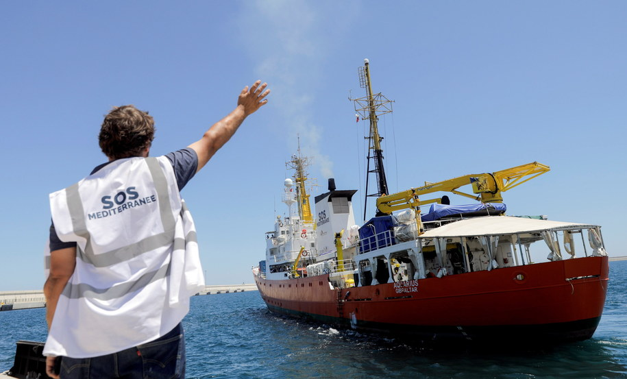 """Włochy nie przyjęły wcześniej w swoim porcie """"Aquariusa"""" (na zdjęciu). Teraz odmówiły przyjęcia kolejnej jednostce. /Kai Foersterling /PAP/EPA"""