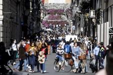 Włochy: Ostatnie dni obostrzeń. Na ulicach tłumy