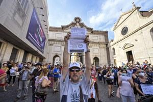 """Włochy: Rośnie liczba zakażeń. """"Lato miało być wolne od COVID-19"""""""