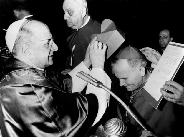 Włochy, Rzym, 1967-06-26. Arcybiskup Karol Wojtyła w Auli Pia otrzymuje godność kardynalską. Nz. papież Paweł VI nakłada na głowę Wojtyły czerwony biret /PAI /PAP