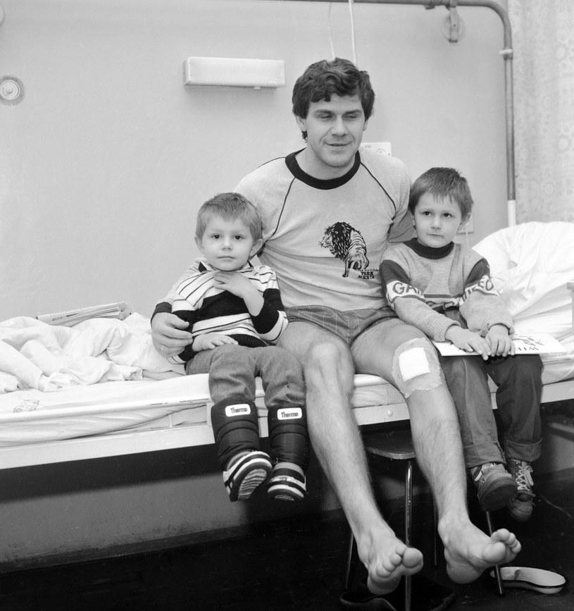 Włodzimierz Smolarek po kontuzji z synami: Ebim (z lewej) i Mariuszem /Janusz Szewiński /East News