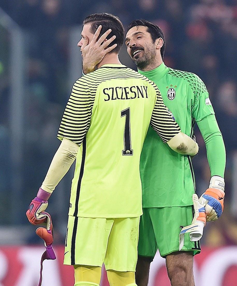 Włoscy dziennikarze podkreślają, że porozumienie ws. transferu Wojciecha Szczęsnego oznacza, że w Turynie zakończyły się poszukiwania zastępcy Gianluigiego Buffona, którego kontrakt z Juventusem wygasa w przyszłym roku. Na zdjęciu: Szczęsny i Buffon tuż po zakończeniu ligowego pojedynku AS Roma i Juventusu (grudzień 2016) /ALESSANDRO DI MARCO  /PAP/EPA
