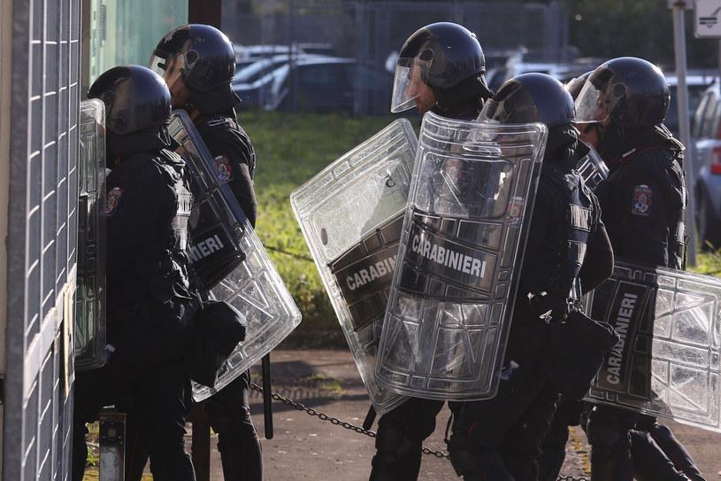 Włoscy policjanci w rynsztunku do tłumienia zamieszek stoją przed więzieniem, w którym doszło do buntu /Brancolini/Fotogramma/Ropi /Agencja FORUM