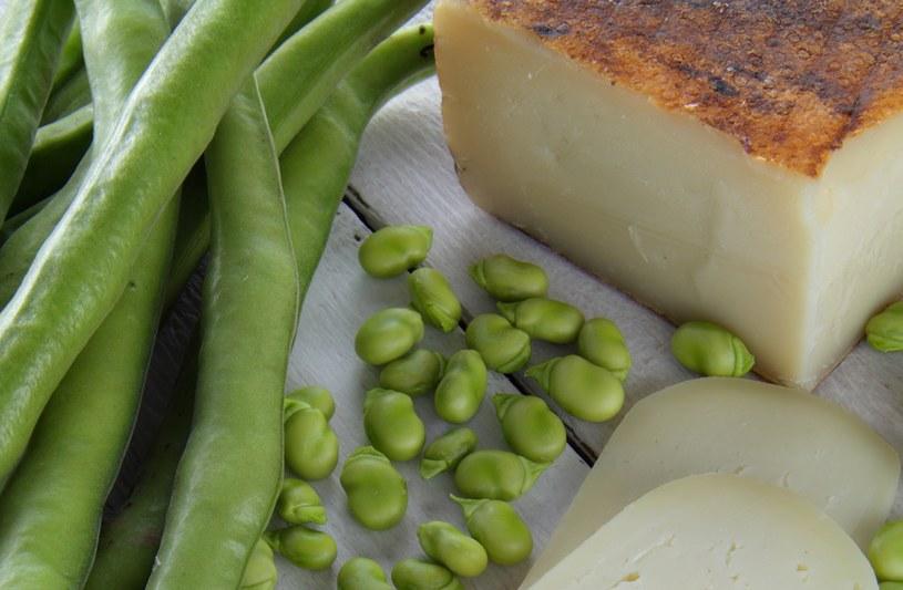 Włosi lubią młody  bób. Co roku w maju  w okolicach Salento w Apulii organizują Sagra de u caso  e onguli, czyli święto sera owczego pecorino  i zielonego bobu /123RF/PICSEL