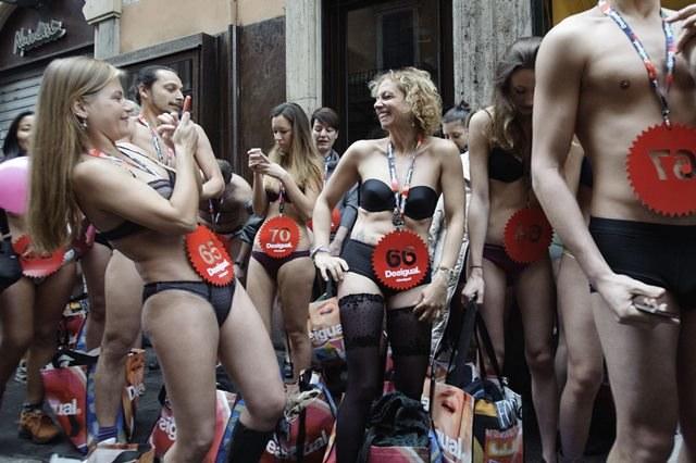 Włosi mają poczucie humoru: chętnie wzięli udział w akcji związanej z wyprzedażami /LUIGI MISTRULLI /PAP/EPA