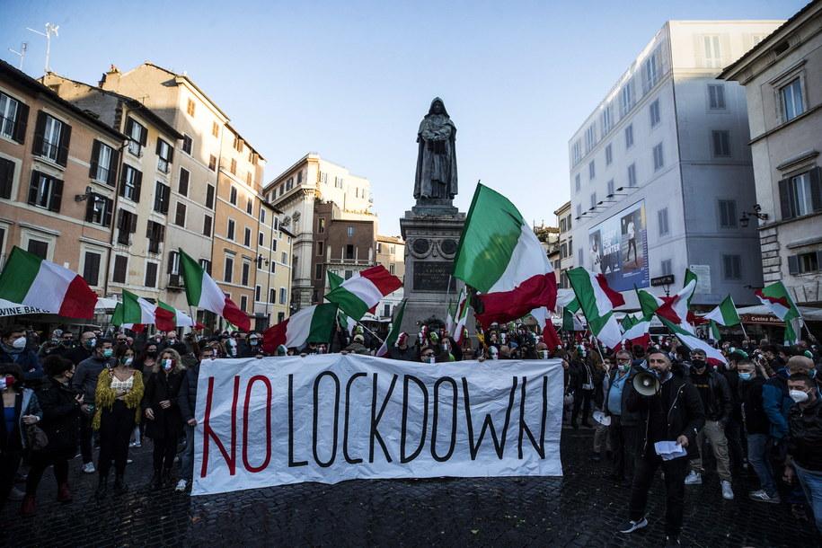 Włosi protestowali dziś przeciwko wprowadzaniu nowych obostrzeń /ANGELO CARCONI /PAP/EPA
