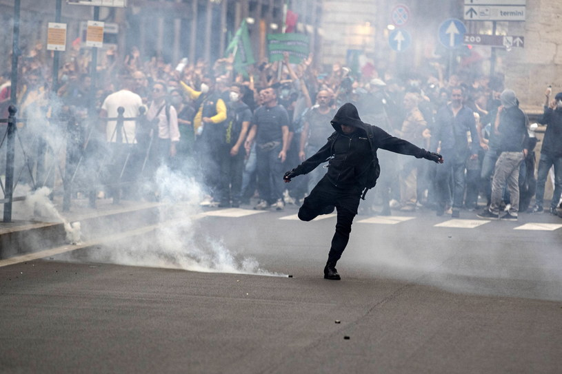Włosi protestują przeciw przepustkom sanitarnym /MASSIMO PERCOSSI /PAP/EPA